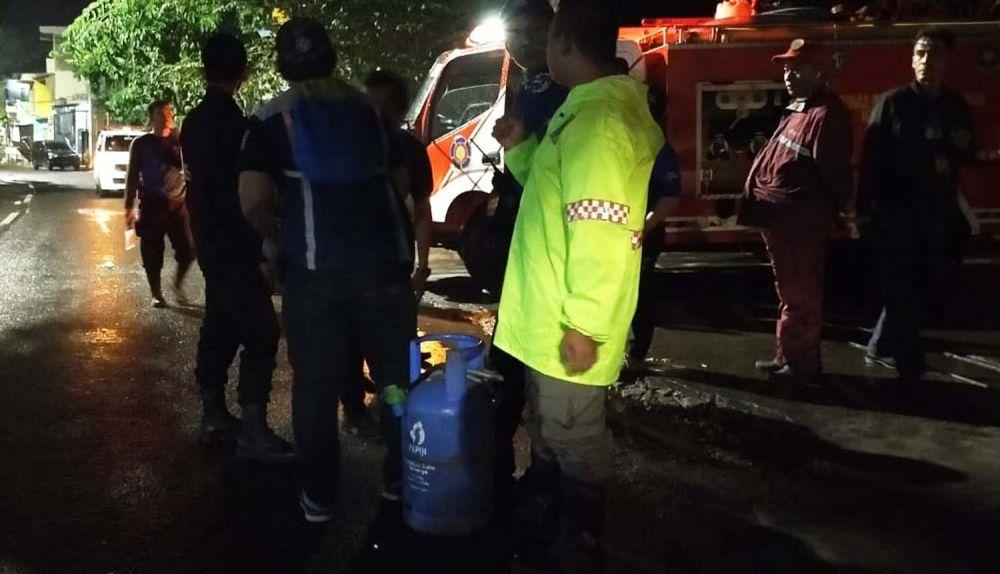 Petugas mengamankan tabung gas elpiji 12 kilogram yang bocor di Depot Mie Setan, Mulyorejo, Surabaya
