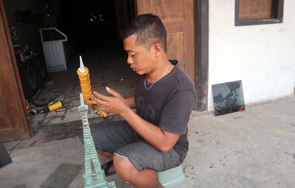 Proses pengeleman miniatur menara dari limbah kaca