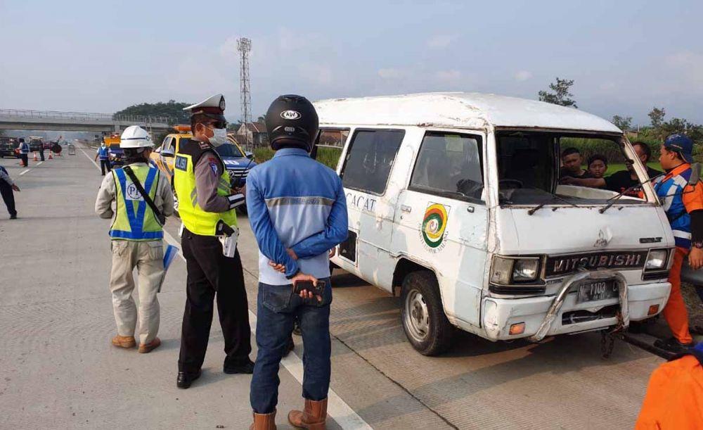 Minibus L300 berpenumpang 9 orang yang terguling