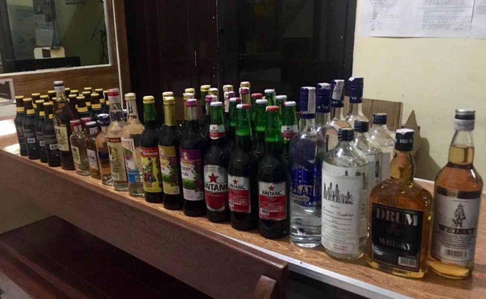 Puluhan botol miras yang disita