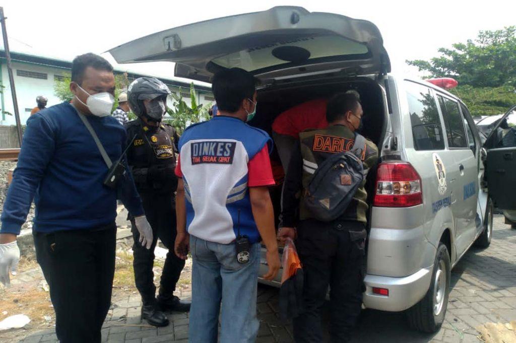 Jenazah pengemudi mobil yang tertabrak kereta api di Surabaya dievakuasi
