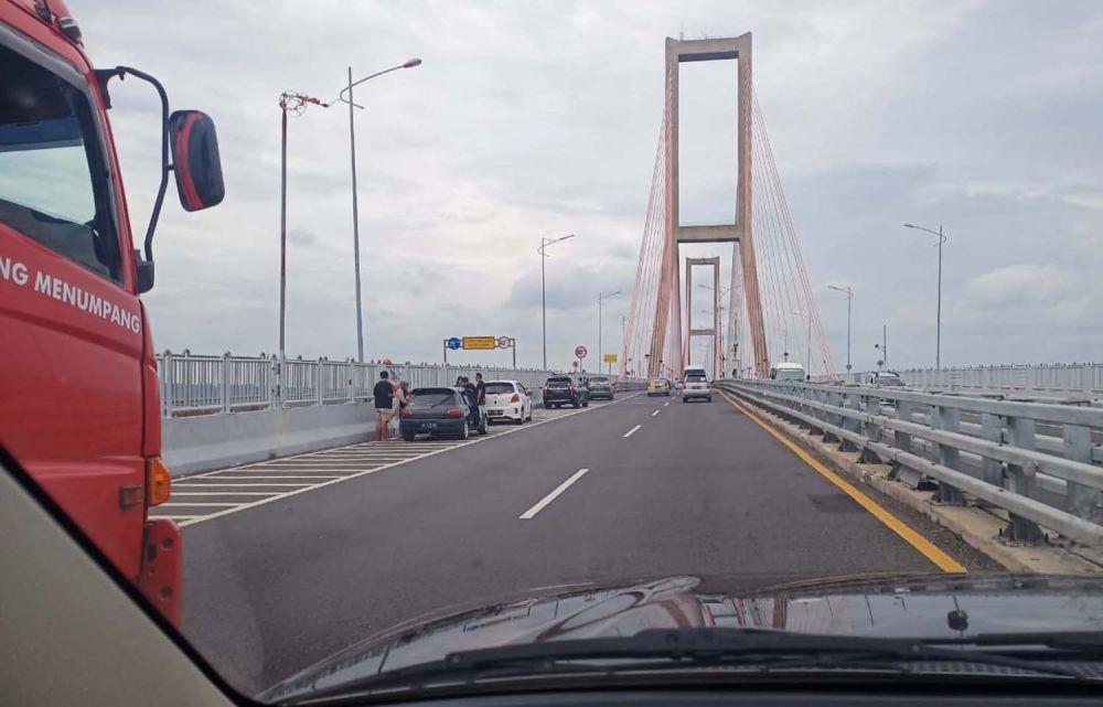 Beberapa mobil terparkir di Jembatan Suramadu