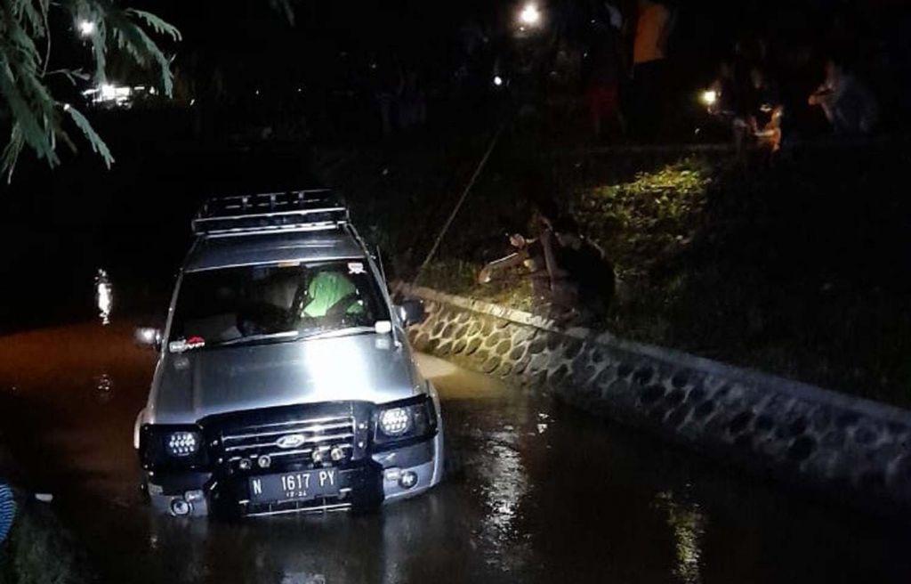 Mobil rombongan pelayat yang terperosok ke dalam sungai di Banyuwangi