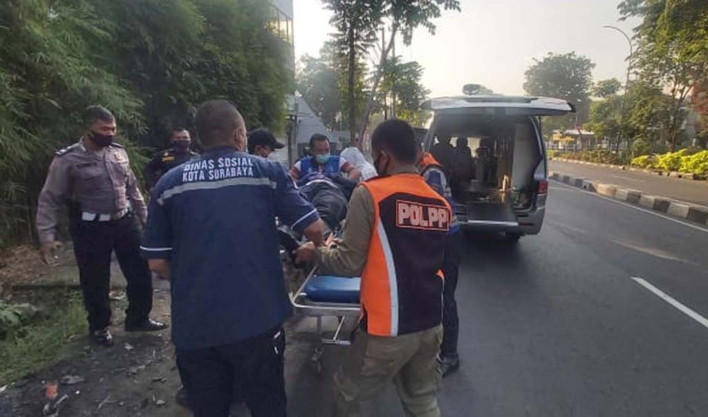 Petugas membawa perempuan pengendara motor ke RS Royal Surabaya untuk mendapat perawatan