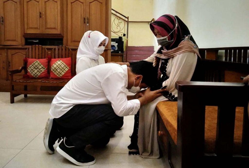 Mujiaman dan istri sungkem ke orangtua sebelum mencoblos