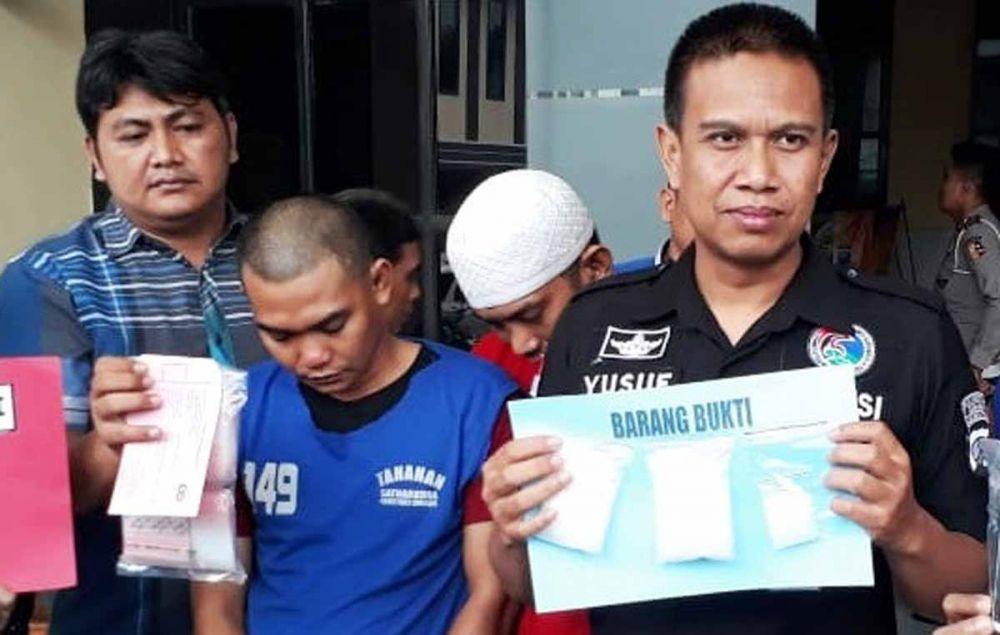 Wakasat Resnarkoba Polrestabes Surabaya, Kompol Yusuf Wahyu menunjukkan sabu-sabu dan pengedarnya