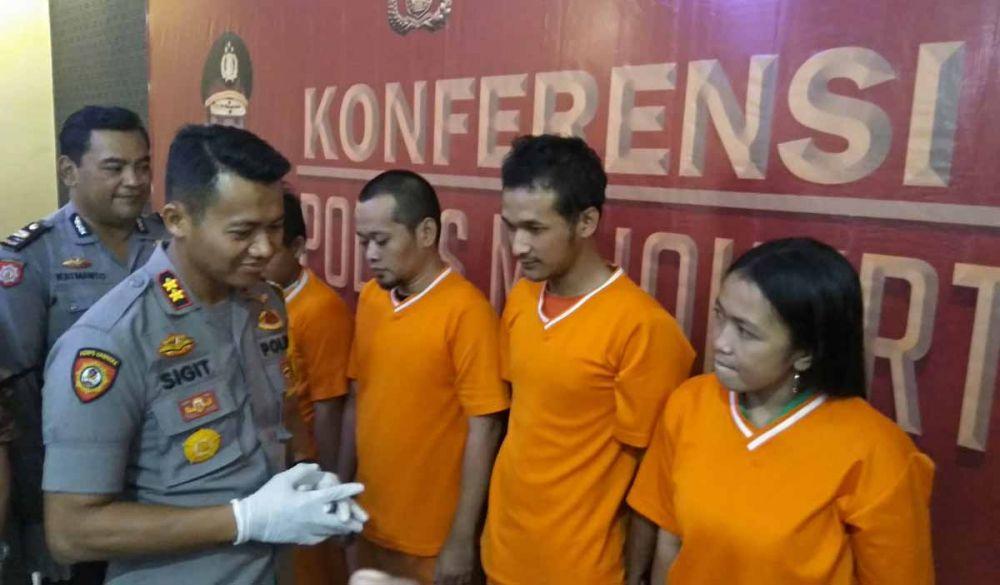 Kapolres Mojokerto Kota, AKBP Sigit Dany Setiyono menginterogasi para pengedar termasuk ibu muda residivis