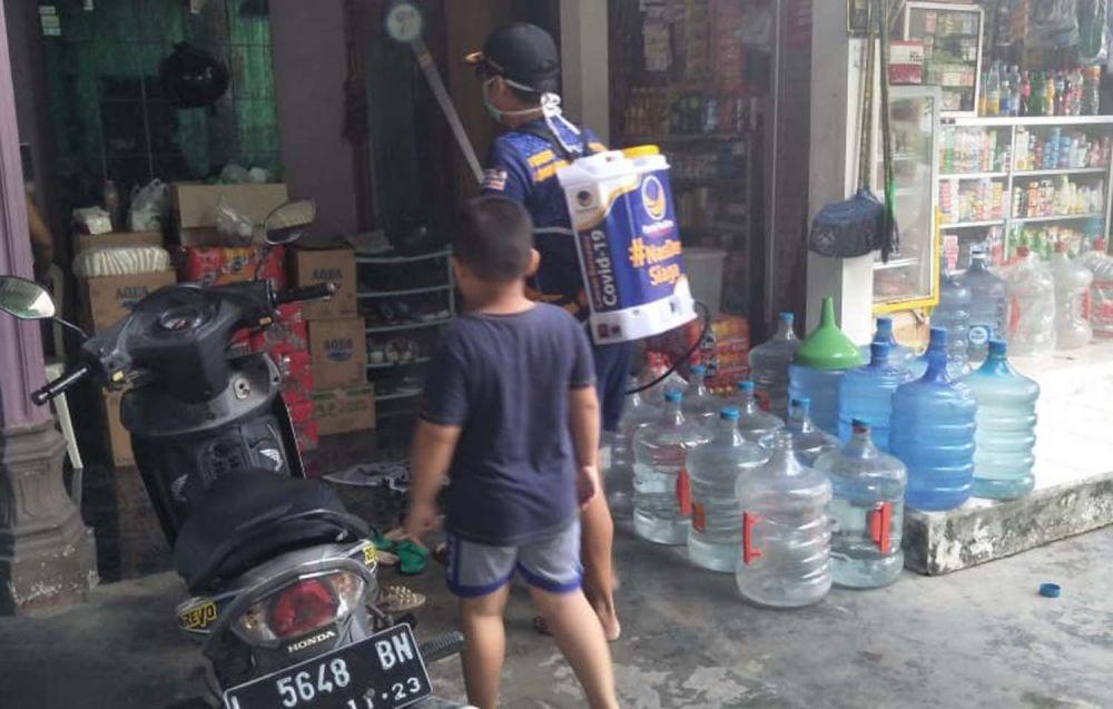 Tim Satgas Pencegahan Corona Partai NasDem Surabaya semprotkan disinfektan