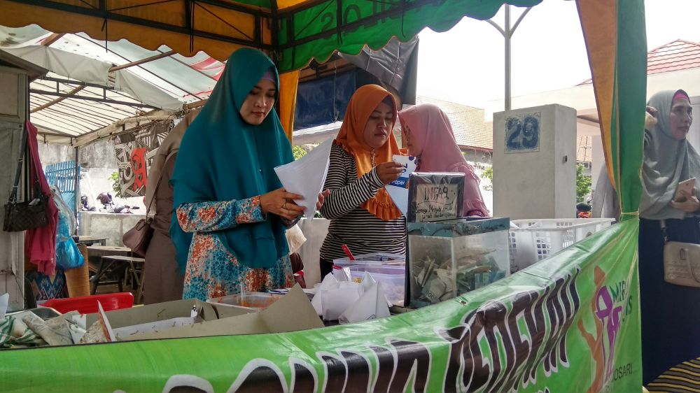 Aktivitas warung nasi bungkus bayar seikhlasnya di Mojosari, Mojokerto
