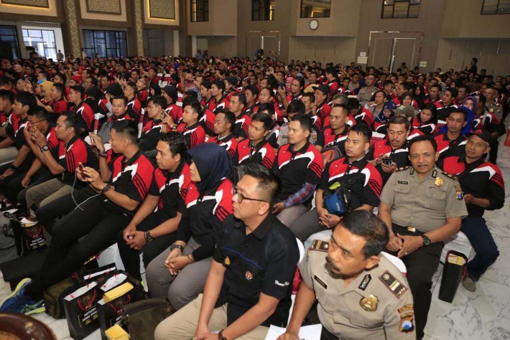Ribuan netizen berkumpul di Gedung Mahameru, Mapolda Jatim
