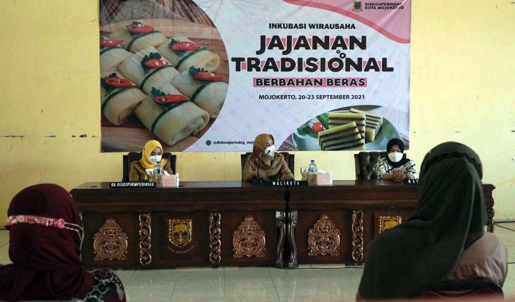 Wali Kota Mojokerto Ika Puspitasari saat membuka pelatihan inkubasi wirausaha jajanan tradisional
