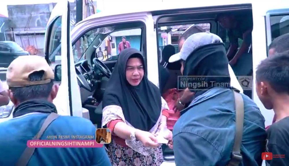 Ningsih Tinampi bersama timnya berbagi untuk warga terdampak Virus Corona di Pasuruan