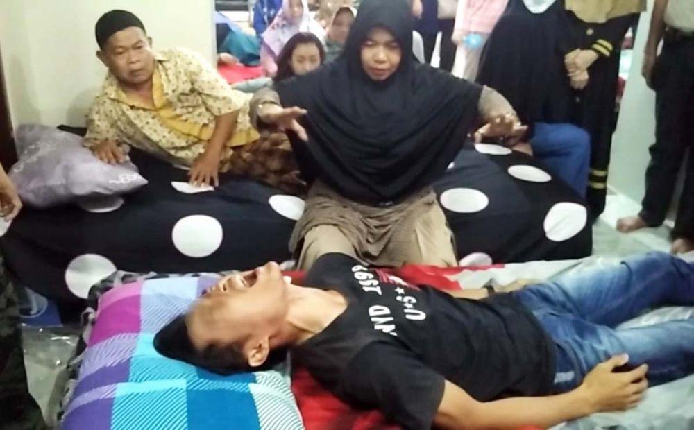 Salah satu cara Ningsih Tinampi mengobati pasiennya