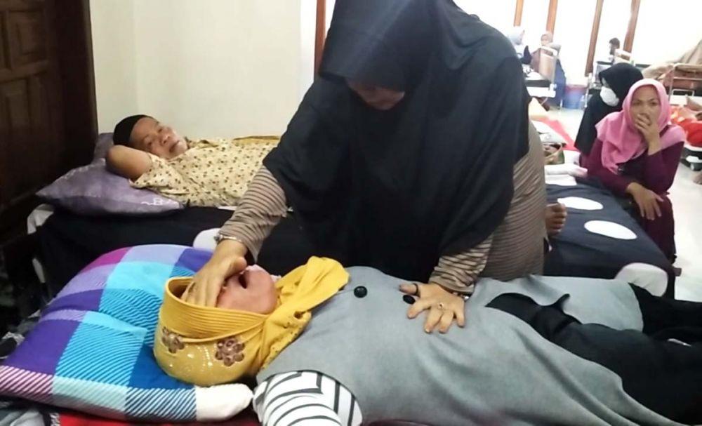Ningsih Tinampi mengobati salah satu pasien