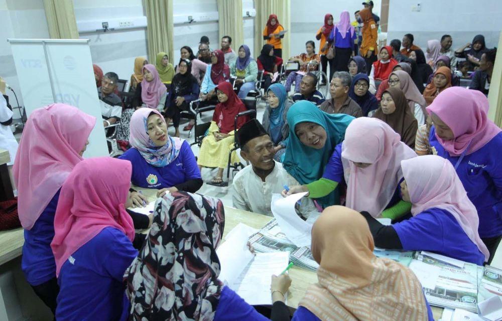 Puluhan warga mengikuti bakti sosial operasi katarak gratis yang digelar PWI Jatim dalam rangka HPN 2020
