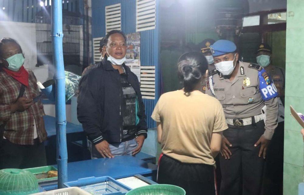 Kapolres Tulungagung AKBP Eva Guna Pandia dan anggota memberikan imbauan kepada pemilik warung
