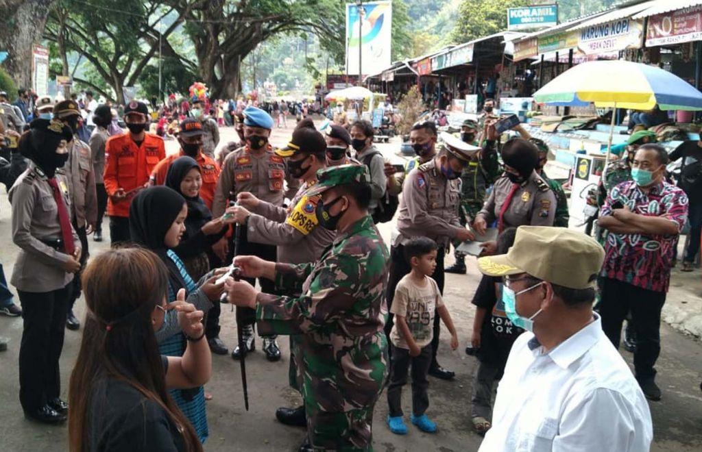 Pemberian masker gratis kepada para pengunjung wisata Telaga Ngebel Ponorogo