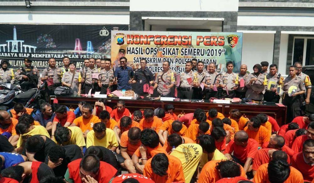 Polrestabes Surabaya dan polsek jajaran memamerkan ratusan penjahat dan barang bukti kejahatan