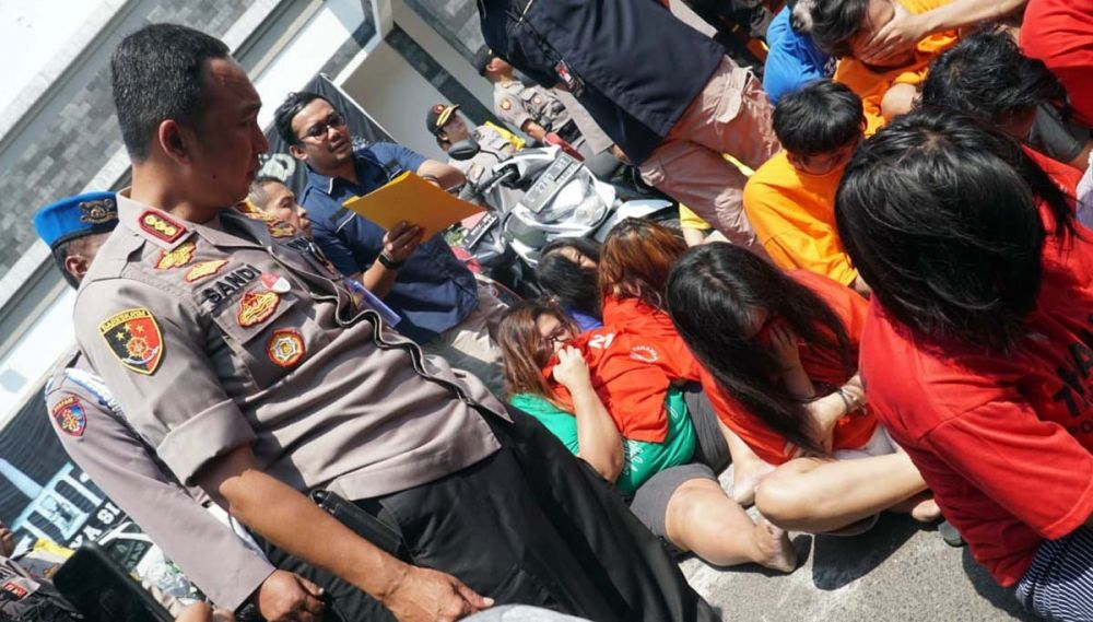 Beberapa perempuan yang terlibat kejahatan diinterogasi Kapolrestabes Surabaya Kombes Pol Sandi Nugroho
