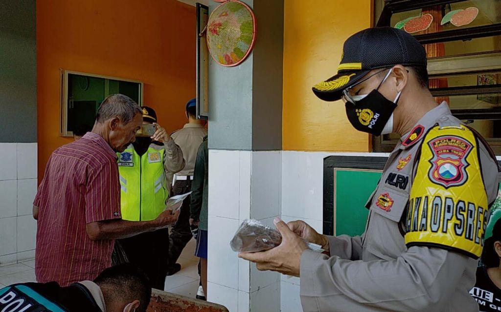 Wakapolres Pelabuhan Tanjung Perak, Kompol Anggi Saputra (kanan) memimpin operasi yustisi protokol kesehatan di Surabaya