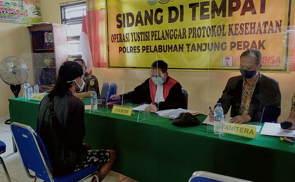 Pelanggar protokol kesehatan di Surabaya menjalani sidang di tempat