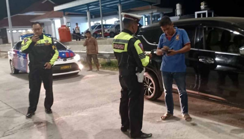 Anggota Sat PJR Polda Jatim mengamankan terduga pelaku penggelapan mobil di Tol Nganjuk-Madiun