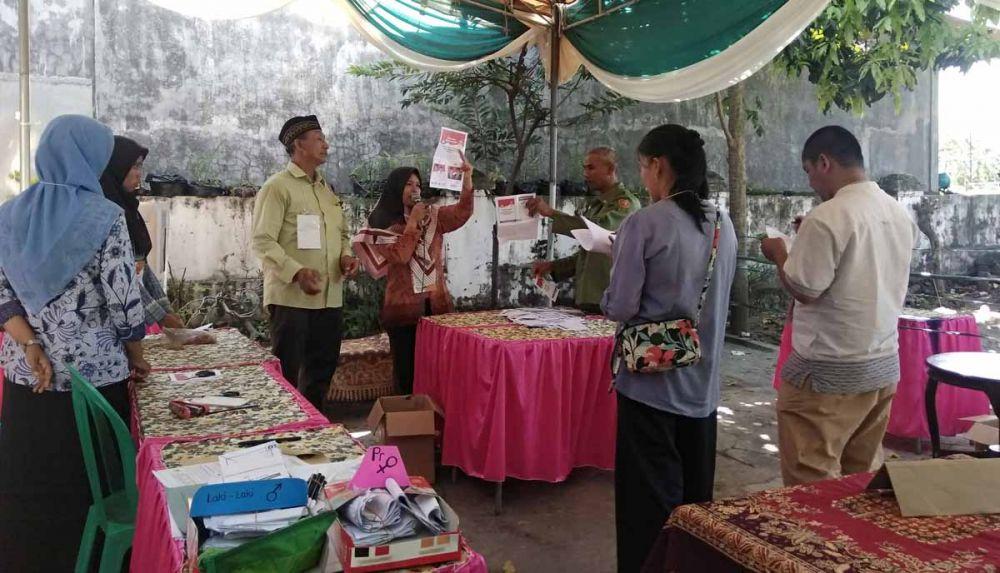 Proses rekapitulasi suara untuk Pilpres 2019 dalam coblosan ulang di TPS 01 Desa Awang-awang, Kecamatan Mojosari, Kabupaten Mojokerto