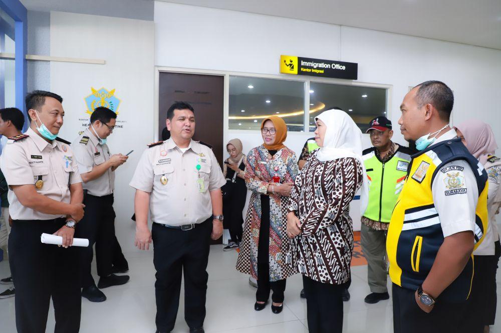 Gubernur Jatim Khofifah Indar Parawansa saat mengecek kesiapan tim kesehatan di Bandara Internasional Juanda dalam rangka pencegahan virus corona