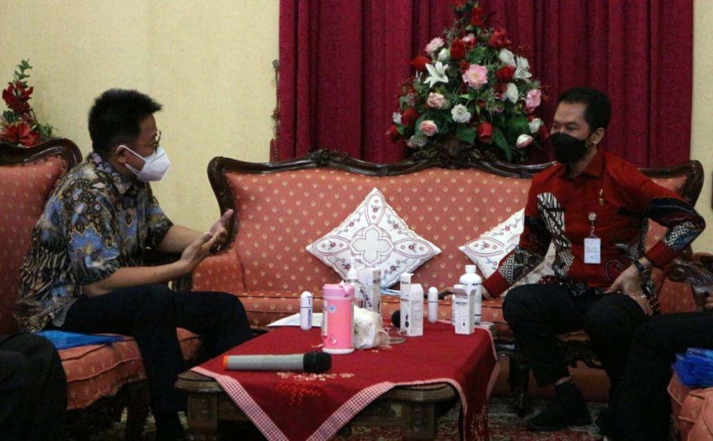 Direktur PT AMA, Recta Geson berbincang dengan Bupati Kudus HM Hartopo