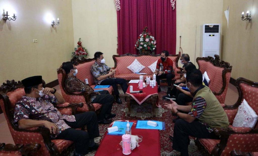 Direktur PT AMA, Recta Geson berbincang dengan Bupati Kudus HM Hartopo dan sejumlah kepada dinas