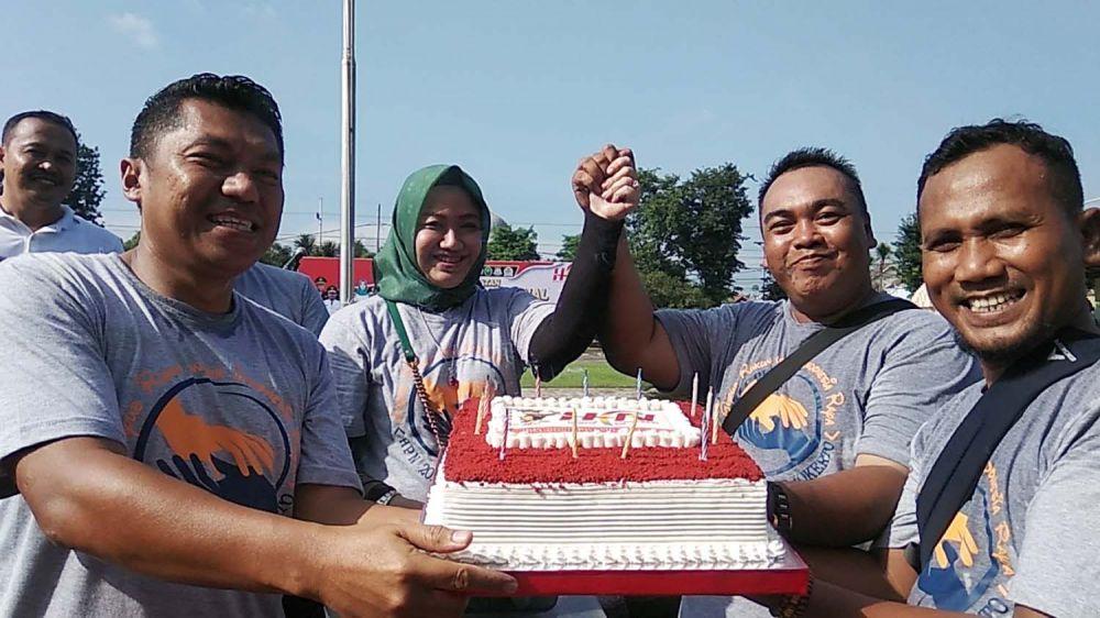 Kapolres Mojokerto AKBP Feby Hutagalung memberikan kejutan kepada wartawan dan anggotanya yang sedang berulang tahun