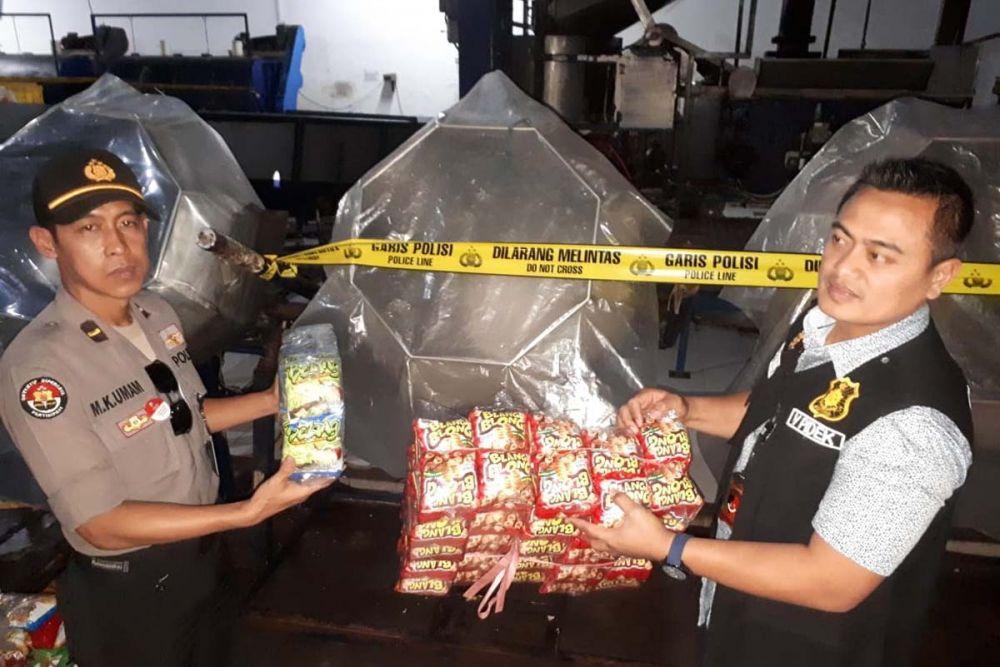 Sejumlah mesin produksi makanan ringan PT USJ dipasang garis polisi