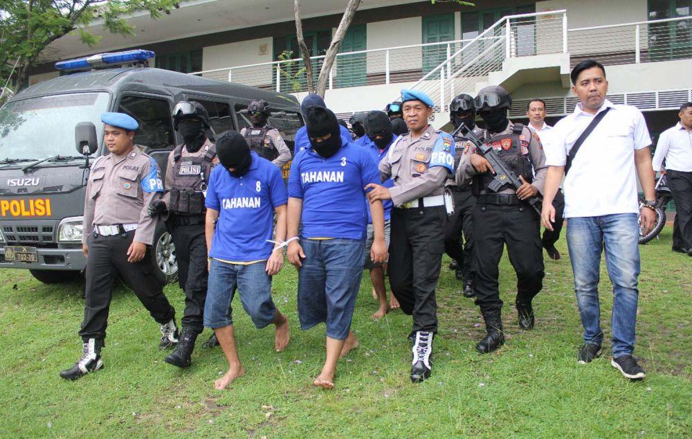 Para tersangka sindikat produsen sabu di Taman Dayu, Pasuruan digiring sejumlah polisi