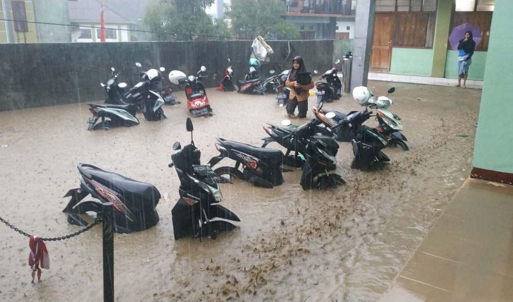 Hujan deras juga membuat Ponpes Amanatul Ummah teredam