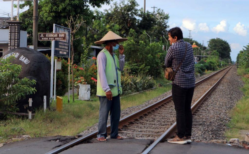 Tim jatimnow.com saat berbincang dengan Kesi, sang 'penjaga nyawa' di rel kereta api tanpa palang pintu di Surabaya
