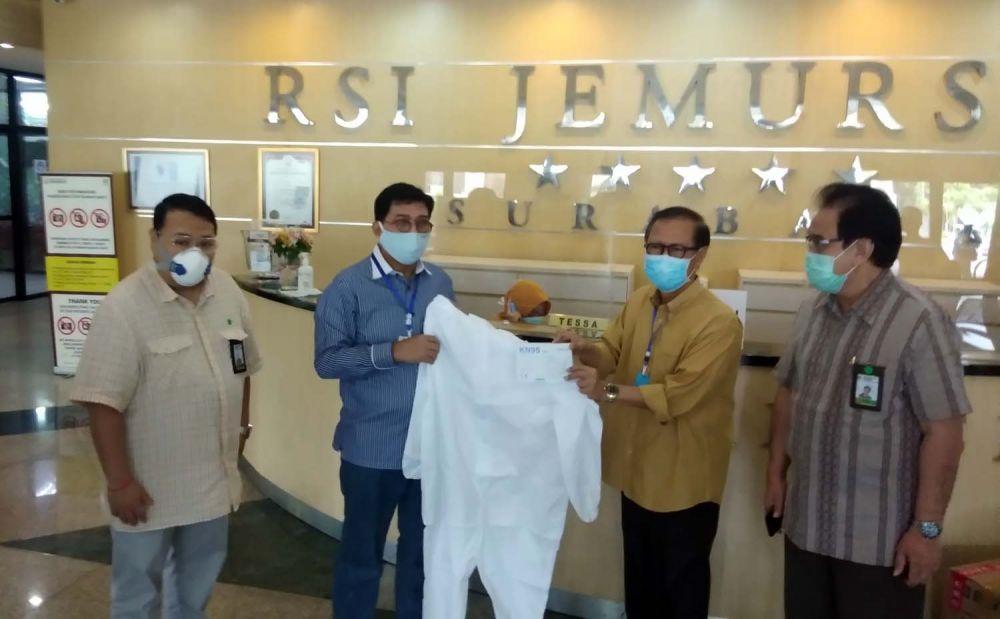 Machfud Arifin saat memberikan bantuan APD di RSI Jemurasi Surabaya