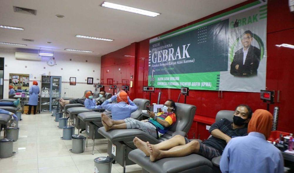 Cawali Surabaya Machfud Arifin dan relawan donor darah untuk membantu stok PMI Surabaya di tengah wabah Virus Corona