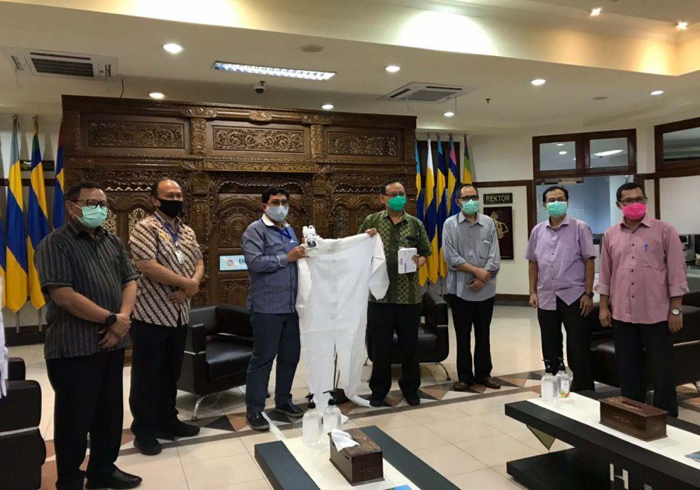 Machfud Arifin saat memberikan bantuan APD dan alkes untuk RS Unair Surabaya