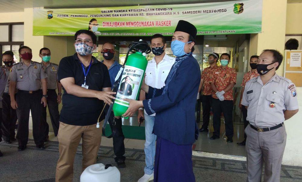 Machfud Arifin saat memberikan bantuan APD untuk mendukung penanganan pasien Covid-19 di RS Bhayangkara Polda Jatim, Jalan Ahmad Yani, Surabaya