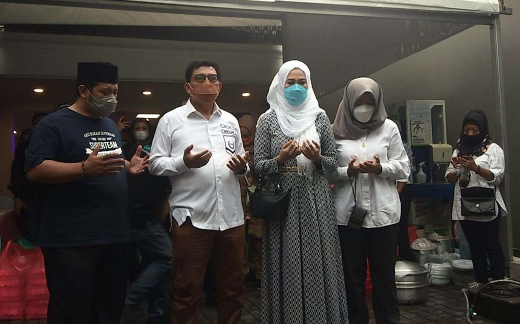 Machfud Arifin dan Ny Lita, istrinya berdoa sebelum berangkat nyoblos ke TPS