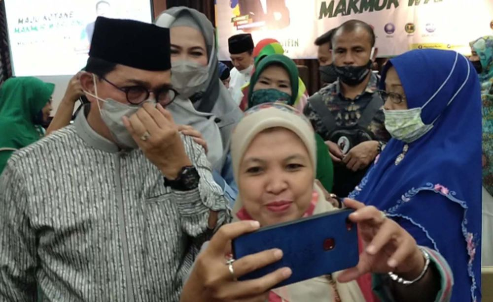 Salah satu anggota Fatayat NU Surabaya saat meminta foto bersama Cawali Machfud Arifin dan Ny Lita, istrinya