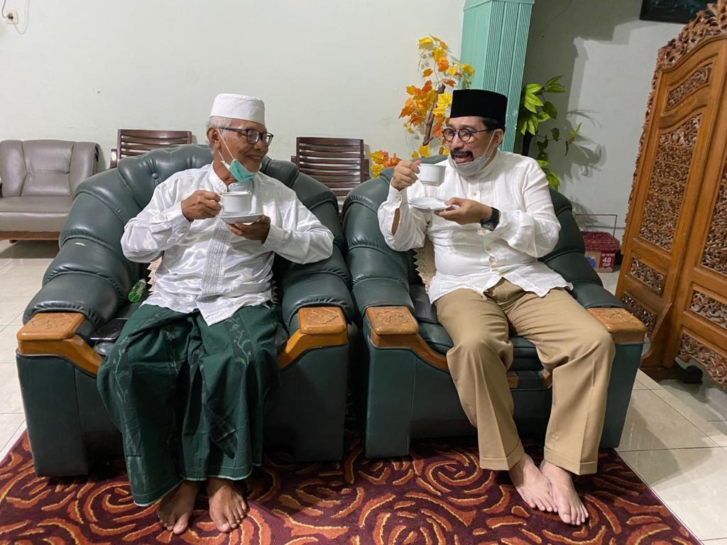 Cawali Surabaya Machfud Arifin (kanan) bersama KH Anwar Iskandar