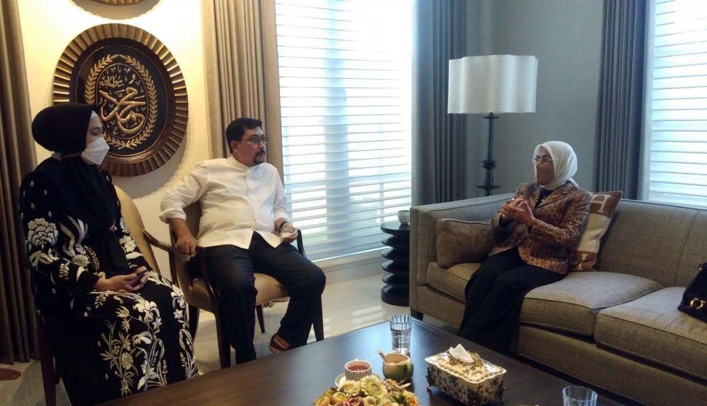 Presiden Universitas Narotama Surabaya Rr. Iswachyu Dhaniarti (kanan) saat bersilatuhmi ke kediaman Calon Wali Kota Surabaya Irjen Pol (Purn) Machfud Arifin.