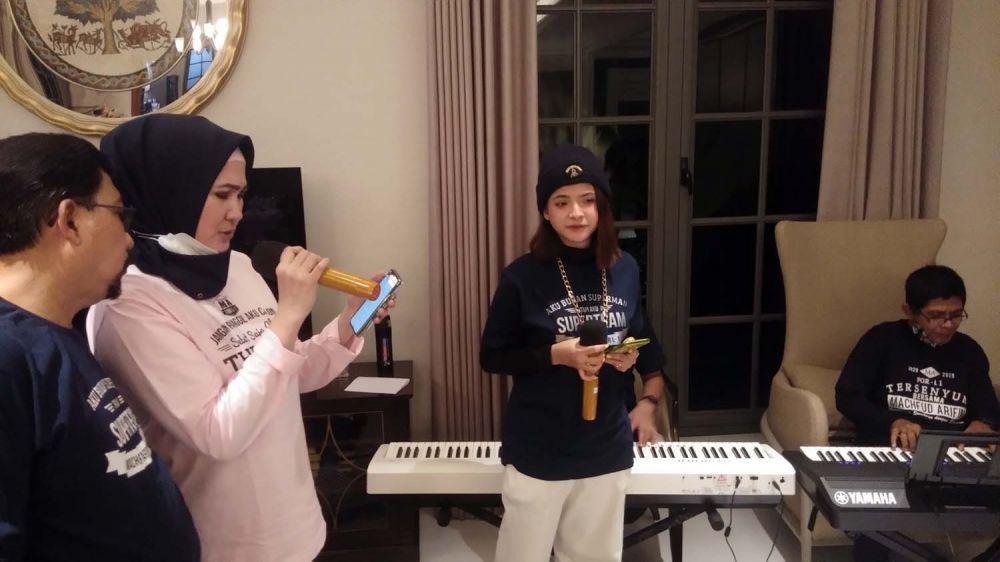 Sara Fajira saat mengajak Ny Lita Machfud Arifin dan Calon Wali Kota Surabaya Machfud Arifin bernyanyi