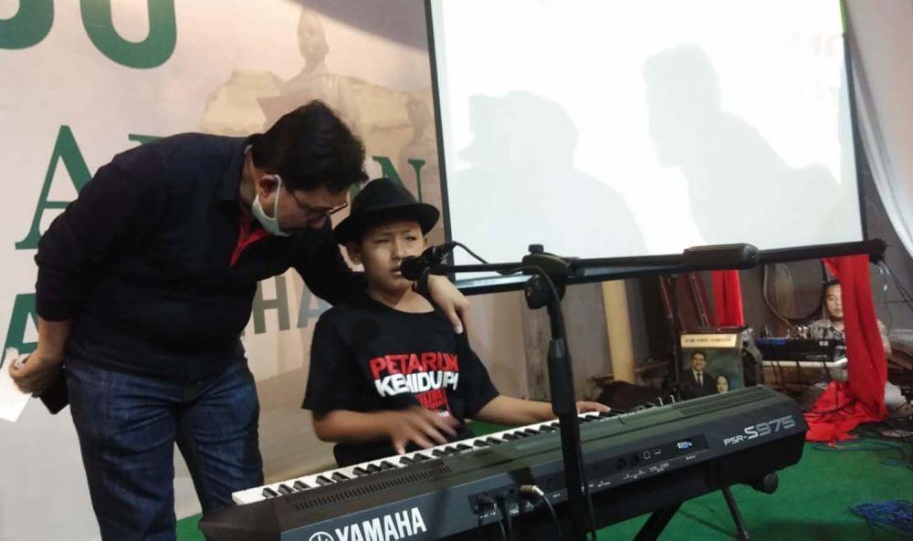 Machfud Arifin saat memberikan apresiasinya untuk musisi cilik difabel