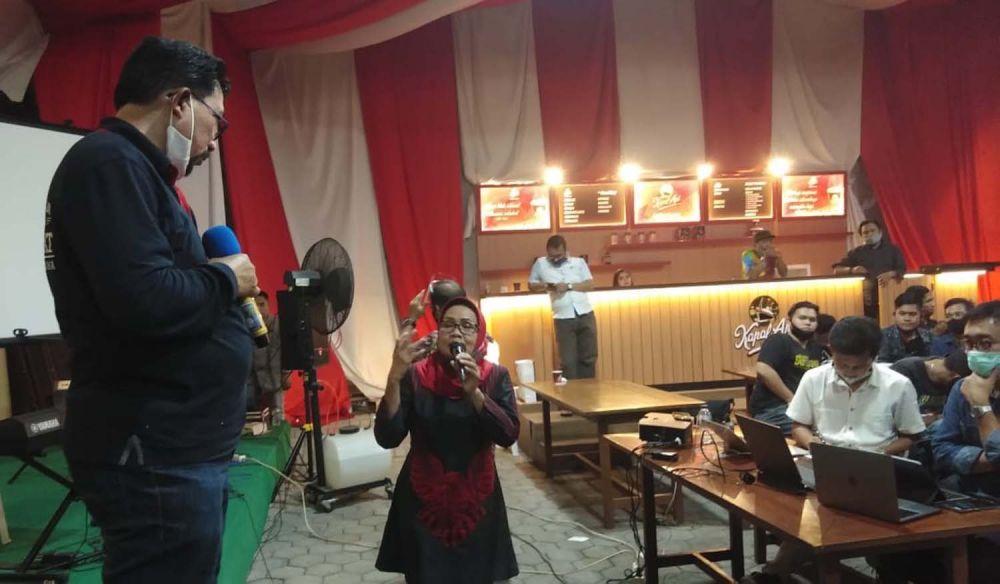 Sri Wahyuni, seniman ludruk di Surabaya saat menyampaikan keluhannya ke Machfud Arifin