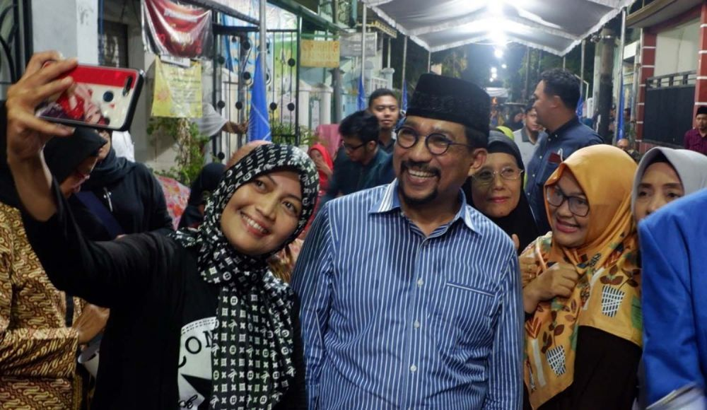 Warga berebut foto bareng Bacawali Surabaya Machfud Arifin