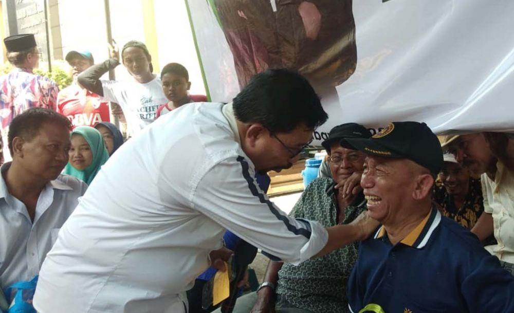 Machfud Arifin saat berbincang dengan seorang purnawirawan TNI AL di Krembangan Jaya Selatan RW VII, Surabaya
