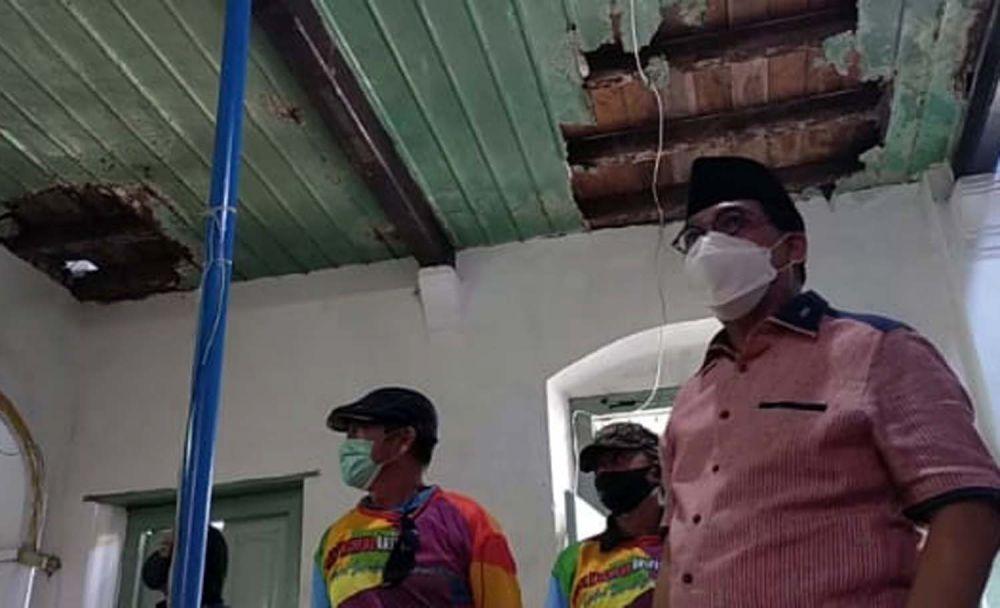 Calon Wali Kota Surabaya Machfud Arifin saat melihat kondisi Langgar Dipo pada 30 Juli 2020