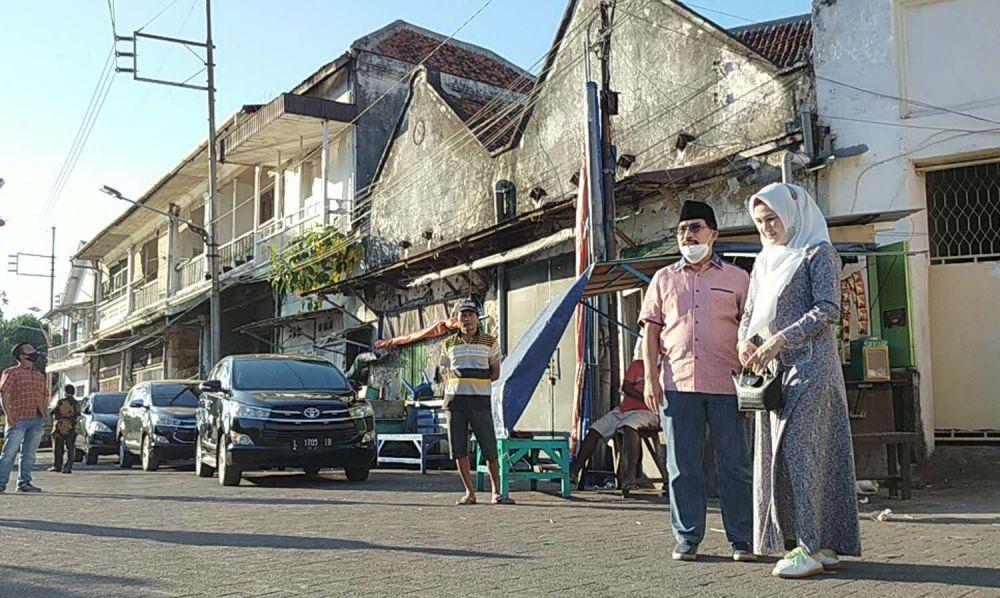Calon Wali Kota Surabaya Machfud Arifin bersama Ny Lita, istrinya saat melihat kawasan kota tua di sekitar Langar Dipo pada 30 Juli 2020